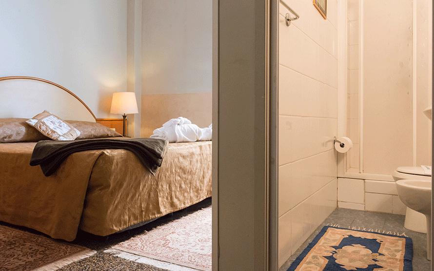 Dettaglio di camera matrimoniale con bagno privato