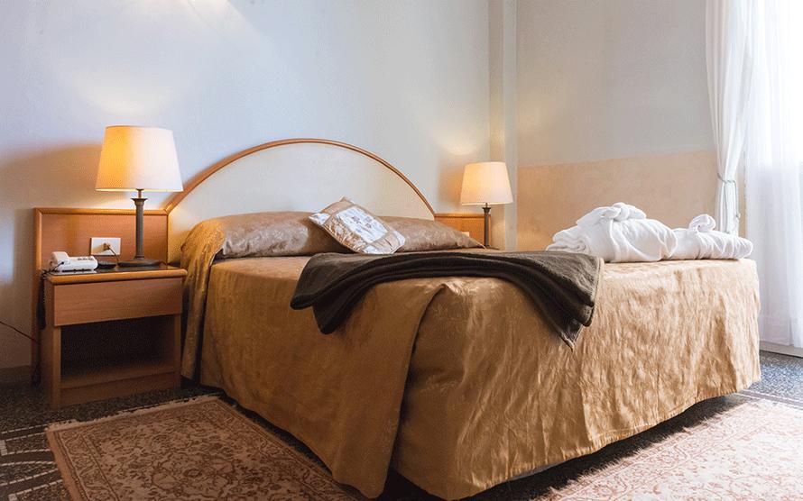 camera matrimoniale con arredi in legno