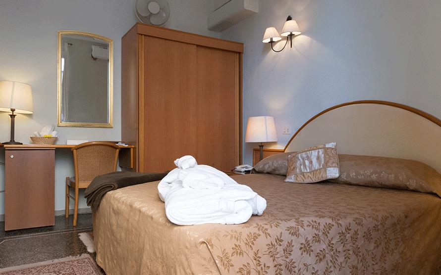 camera con letto matrimoniale con testata ovale