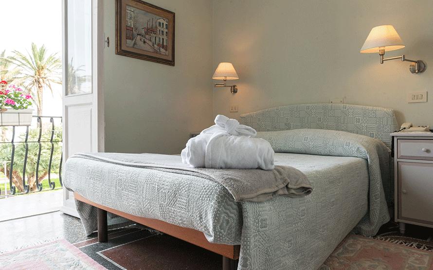 Vista d'angolo di letto matrimoniale e terrazza