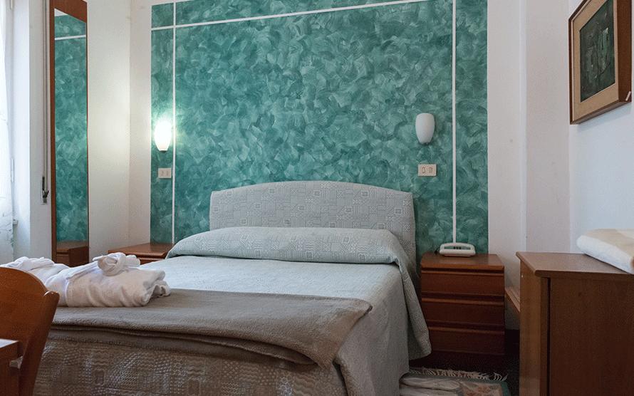 Camera con letto matrimoniale e decorazioni murali