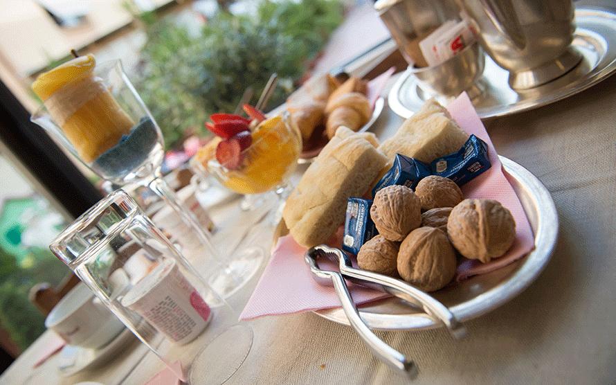 tavolo imbandito con focaccia e noci