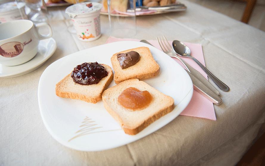 Piatto con tre fette biscottate e marmellate assortite