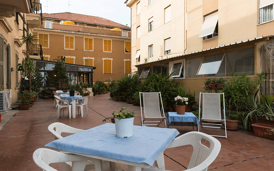 tavolini nell'area esterna dell'hotel