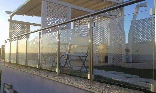 Terrazza protetta con parapetto di vetro