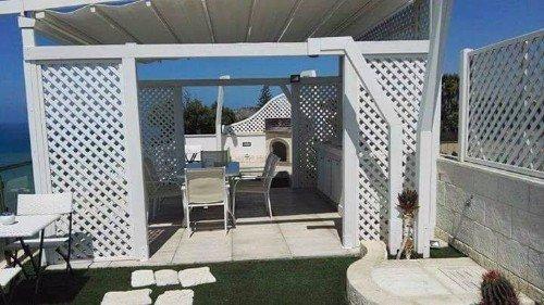Pergola bianca e mobili di terrazza bianchi