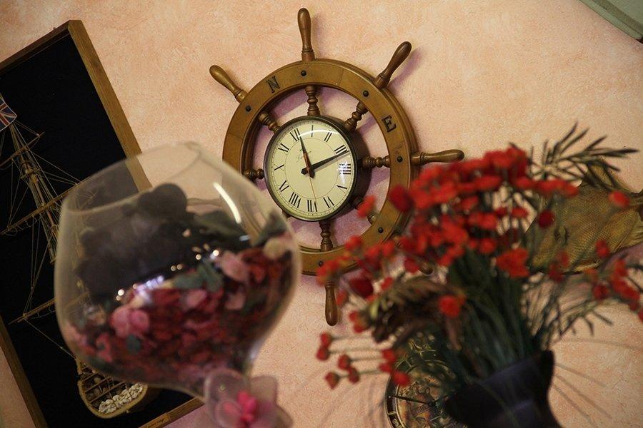 Timon diventato orologio di parete e rosa dei venti