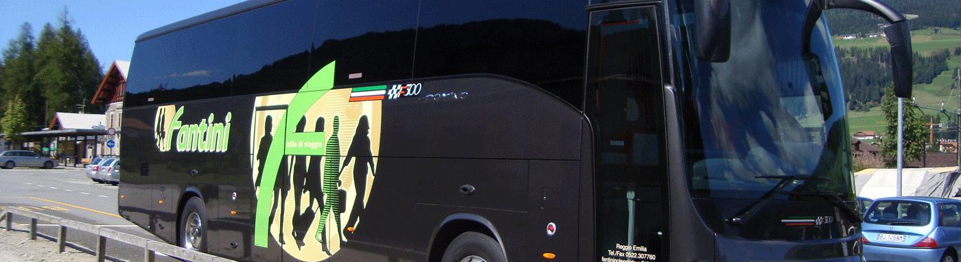autobus grigio  e verde con portello aperto