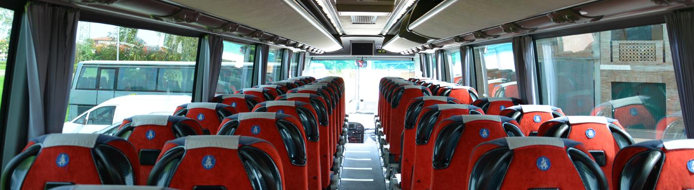 interno di un autobus con sedili rossi