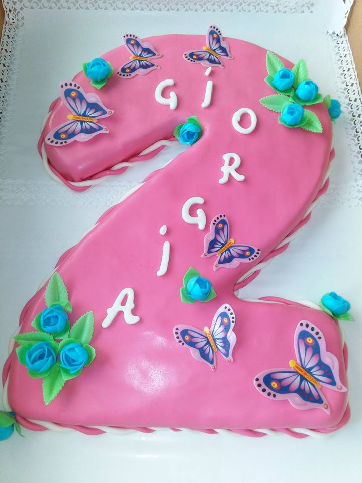 torta a forma di numero 2 con glassa di color rosa, farfalle,fiori azzurri e scritta Giorgia