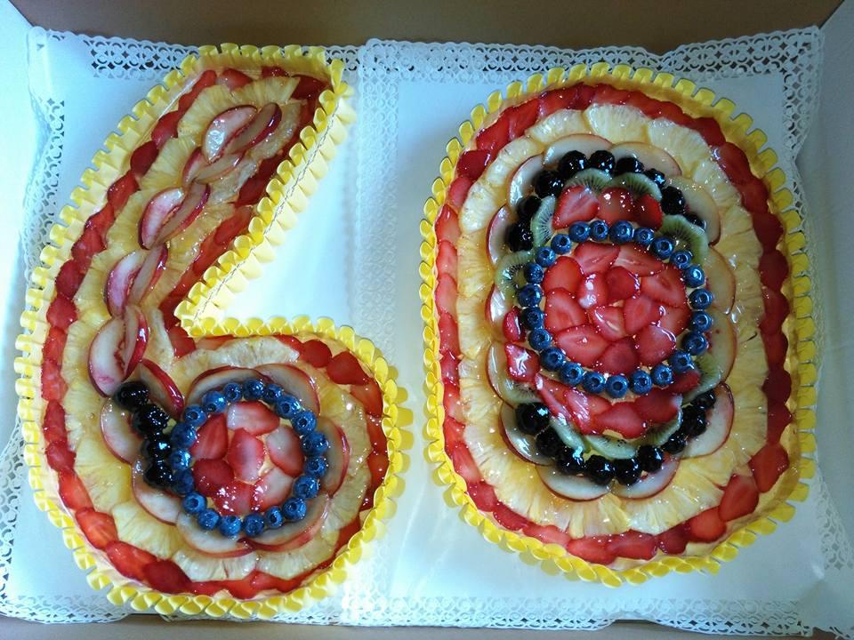 torta a forma di numero 60 con frutti di bosco,fragole,ananas e crema pasticcera