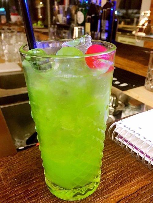 un bicchiere con un cocktail verde