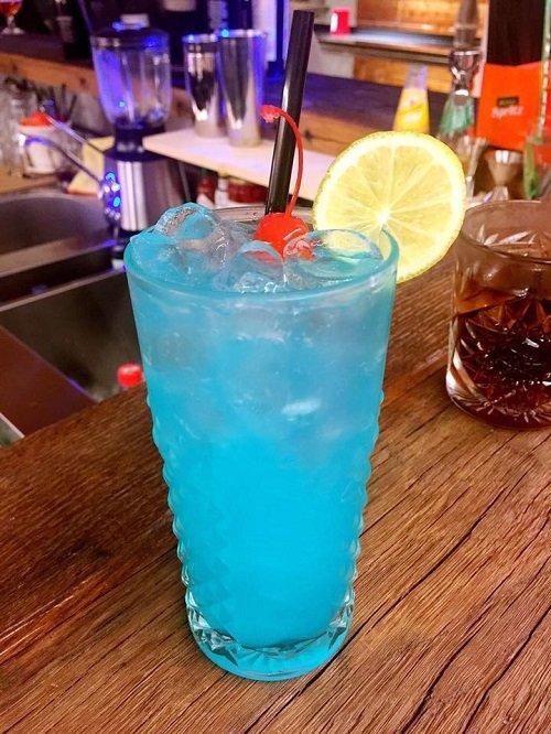 un cocktail di colore azzurro