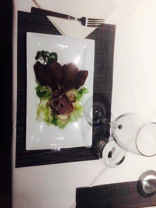 un piatto a base di carne e insalata