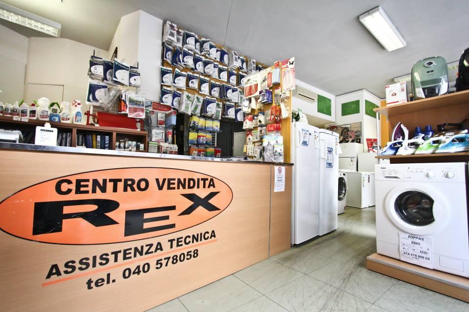 interno negozio con elettrodomestici in esposizione