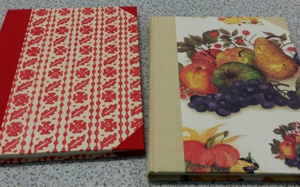 copertine colorate con addobbi floreali e frutta