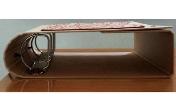 vista laterale di un quadernone ad anelle