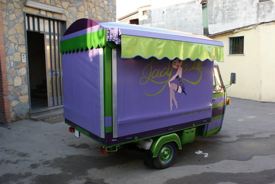 un furgoncino con un cassone viola