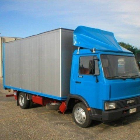 vendita camion iveco di colore blu