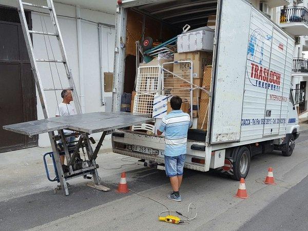 operai con piattaforma aerea che scaricano scatole da un furgone a Sciacca, Agrigento
