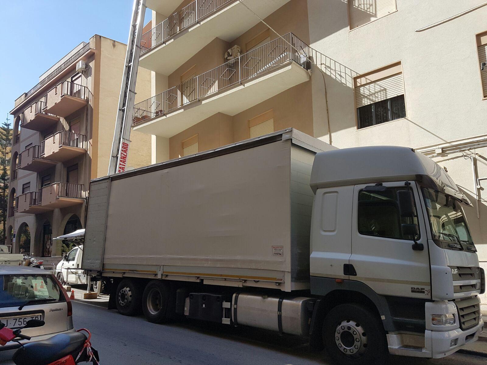 camion con piattaforma aerea davanti a un condominio a Sciacca, Agrigento
