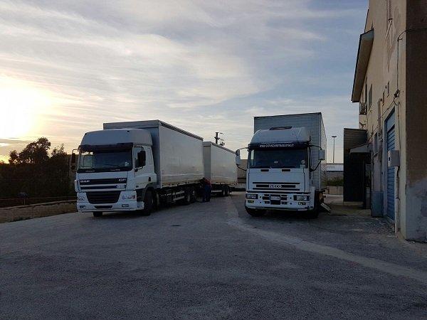 due camion con rimorchio per traslochi a Sciacca, Agrigento