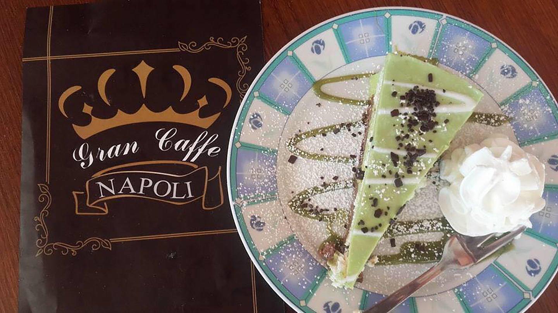 Menù di GRAN CAFFÈ NAPOLI con una fetta di torta e crema