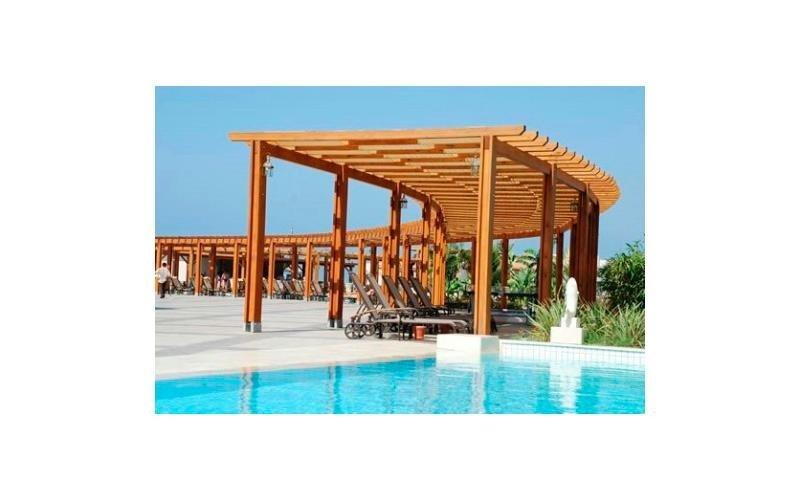 Pergolato in legno bordo piscina