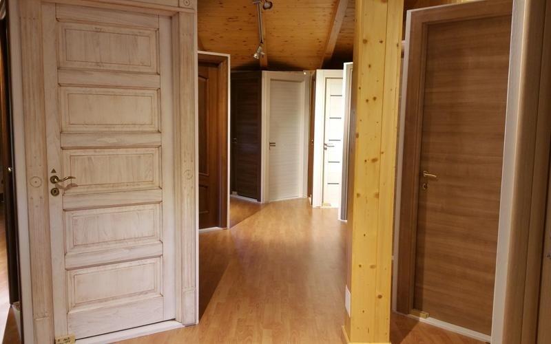 Esposizione porte in legno interni