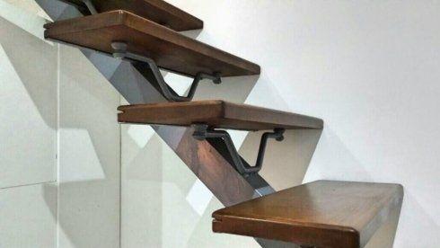 Scala in ferro combinata a gradini di legno