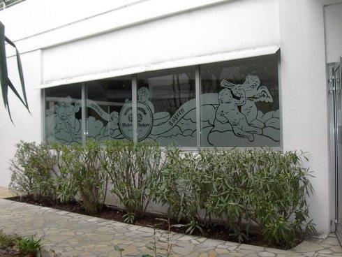 Realizzazione decorazioni su vetrine