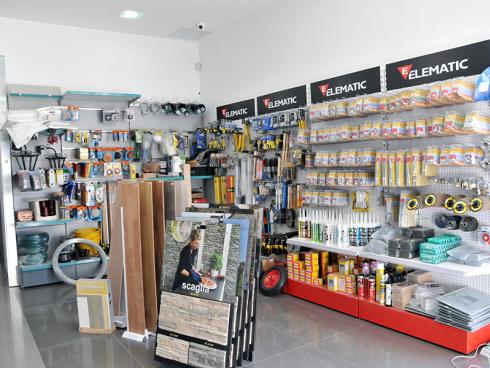 delle liste di legno e dei prodotti in esposizione su pannelli con scritto Elematic