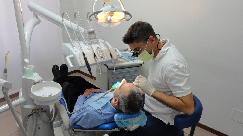 Paziente durante una visita dentistica presso lo studio dentistico Mainardi