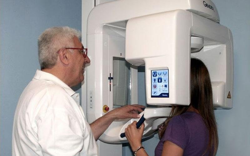 Paziente e dentista Mainardi eseguono una tac dentale