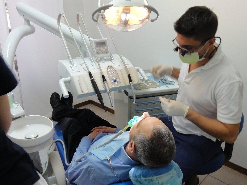Dottor Alberto mainardi e assistenti eseguono un intervento dentistico presso il loro laboratorio