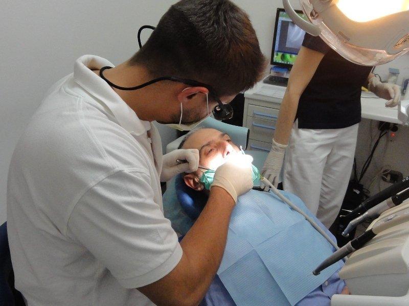 Dottor Alberto mainardi e assistenti eseguono un intervento dentistico presso il loro laboratorio a Torino
