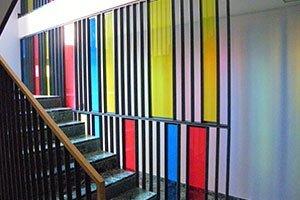 scala con parete colorata