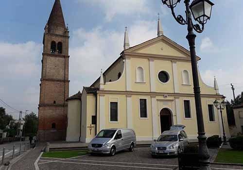 chiesa con carri funebri