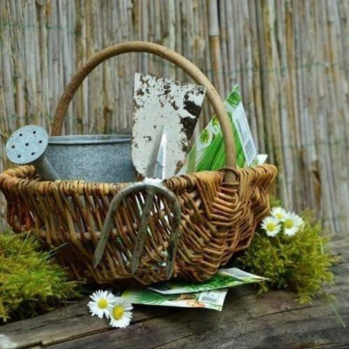 accessori per giardino dentro un cesto di vimini