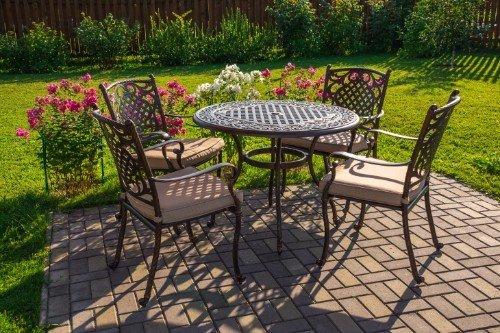 tavolo rotondo con quanttro sedie da giardino