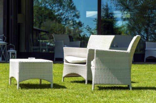 due sedie bianche da giardino con tavolino