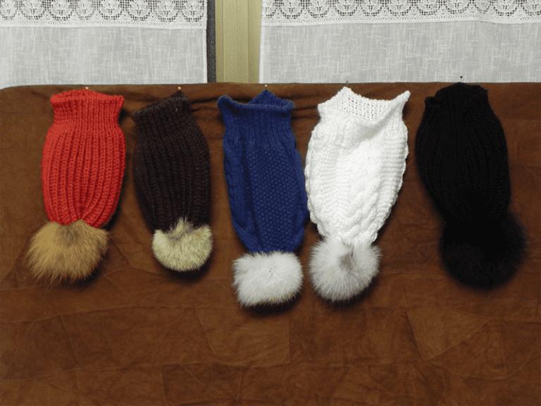 Cappelli in lana con pon-pon in pelliccia
