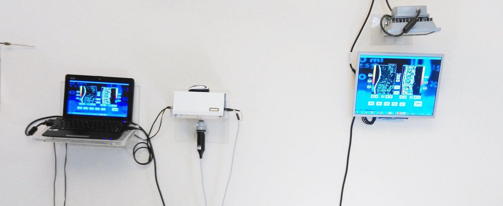 dei monitor ad una parete