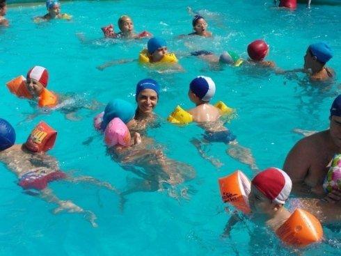 bambini che giocano felici in piscina