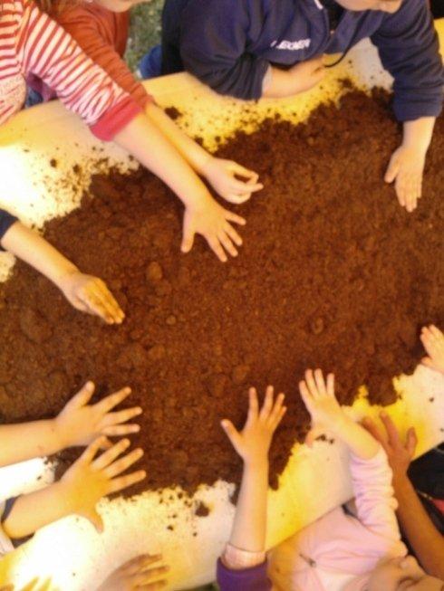 bambini che giocano con la terra