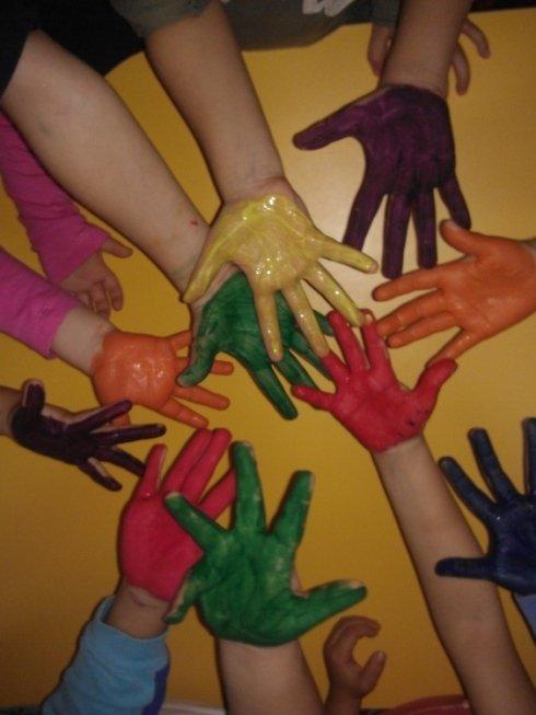 tante mani di bambini colorate con la pittura