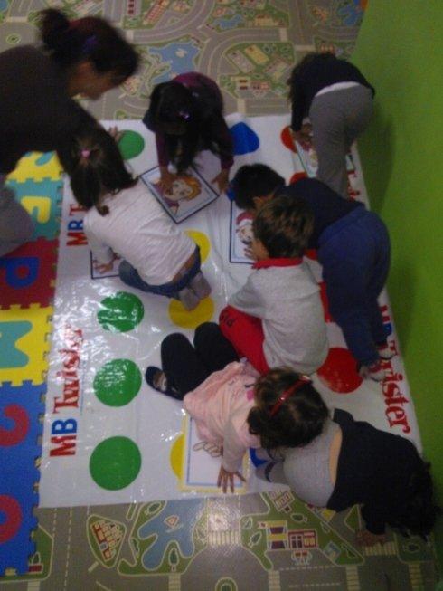 bambini che giocano a twister