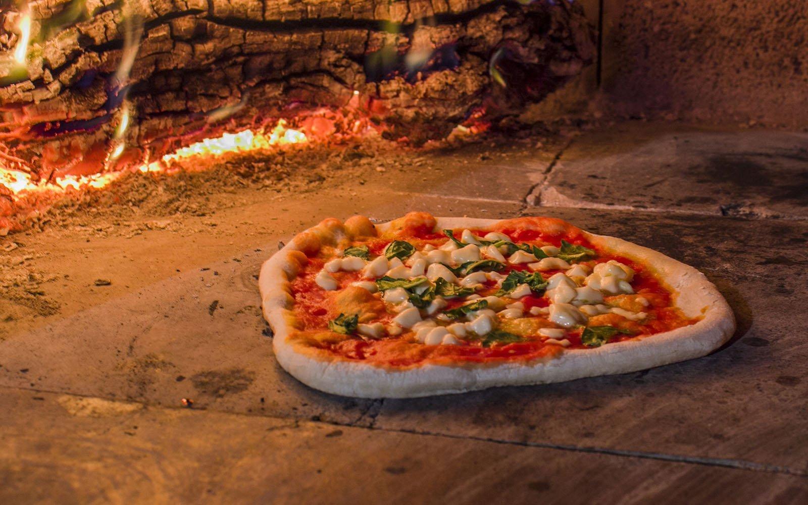 pizza in forno al legno