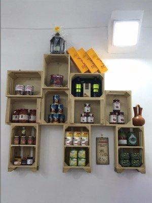 scaffale con prodotti e casetti cibo