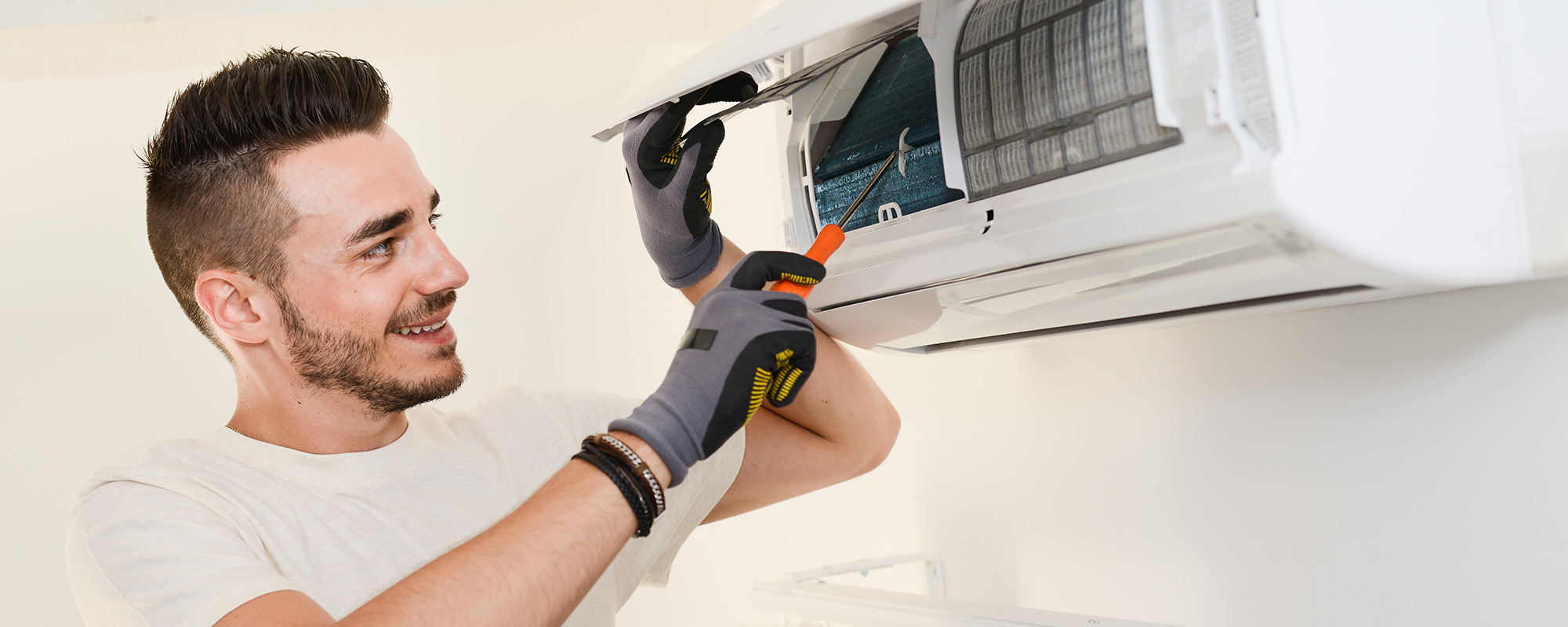 Cleaning the spilt unit of air conditioner